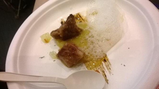 Pluma di maiale con aglio nero e birra